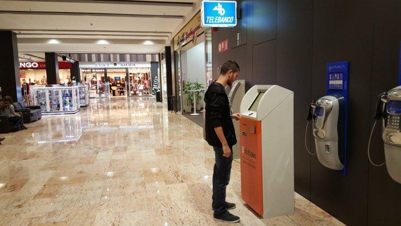 Colombiano comprando Bitcoins en un ATM de Colombia